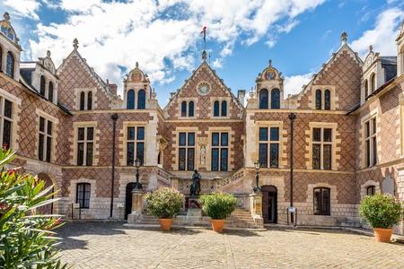 Promenades romantiques à Orléans : les plus beaux lieux, main dans la main.
